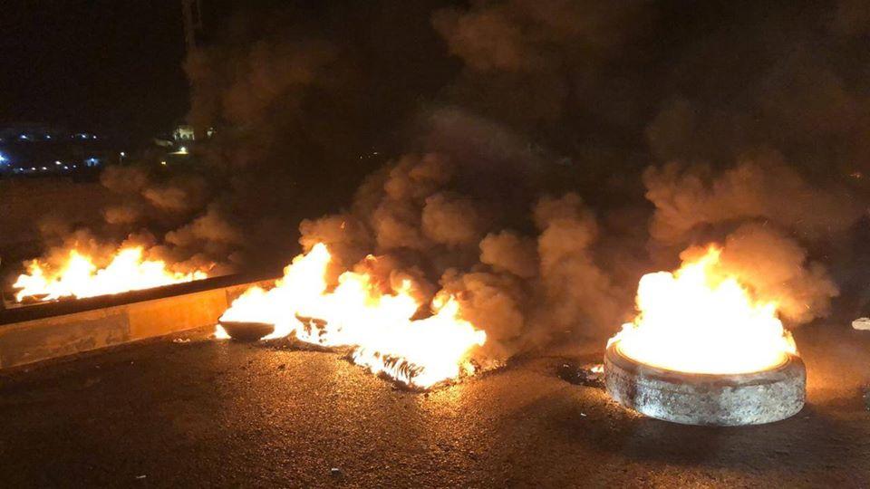 محتجون قطعوا مسلكي اوتستراد طرابلس - بيروت عند جسر البالما بالاطارات والعوائق