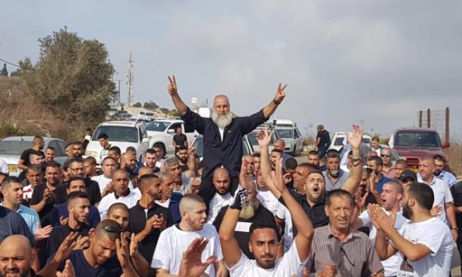 """بالفيديو/ بعد 30 عاما في سجون الإحتلال.. """"محمود جبارين"""" أحد عمداء الأسرى يعانق الحرية ويناجي والدته!"""