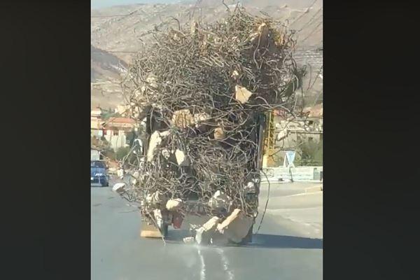 بالفيديو/ من عجائب السير في لبنان.. شاحنة تسير بحمولة زائدة ممكن أن تسبب نتائج كارثية في حال سقطت!