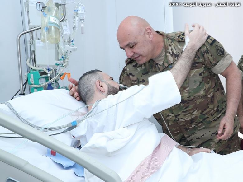 قائد الجيش زار منزل المجند الشهيد ابراهيم صالح وقصد العسكري الجريح الرقيب خالد الحروق