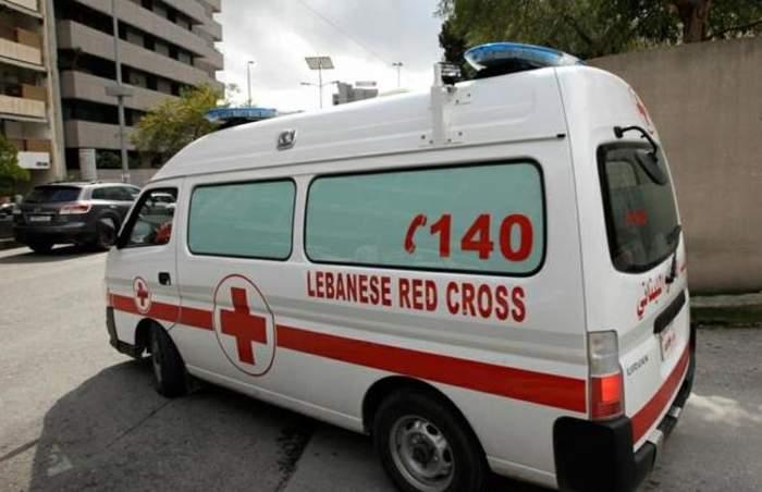 تصادم بين فان لنقل الركاب وسيارة على أتوستراد الزهراني- صور وإصابة سائق السيارة بجروح خطيرة