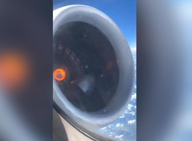 فيديو مرعب.. اشتعال محرك طائرة ركاب على متنها 148 شخصاً فوق السحاب!