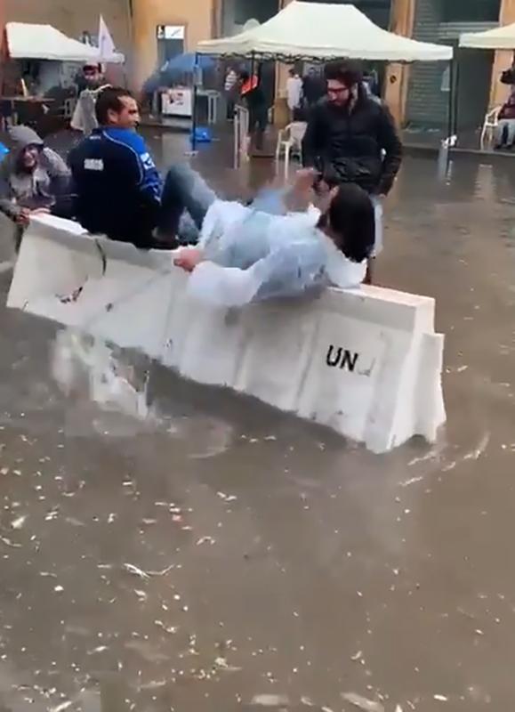 الفيديو الأكثر تداولاً...شتا وتجذيف في ساحة الإحتجاج!