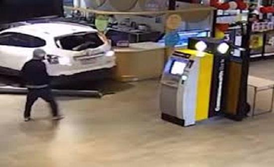 بالفيديو/ محاولة فاشلة لسرقة صراف  آلي في أستراليا...حاولا صدمه بسيارة مسروقة بهدف خلعه