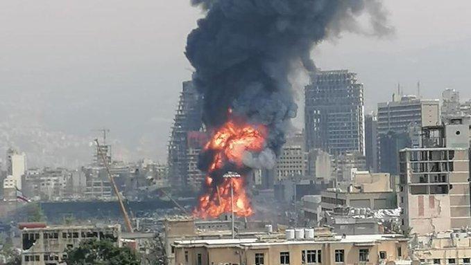 النيران عادت لتتوسع من الوسط في المستودع المشتعل في المرفأ وتصاعد كثيف للدخان الأسود في هذه الأثناء (MTV)