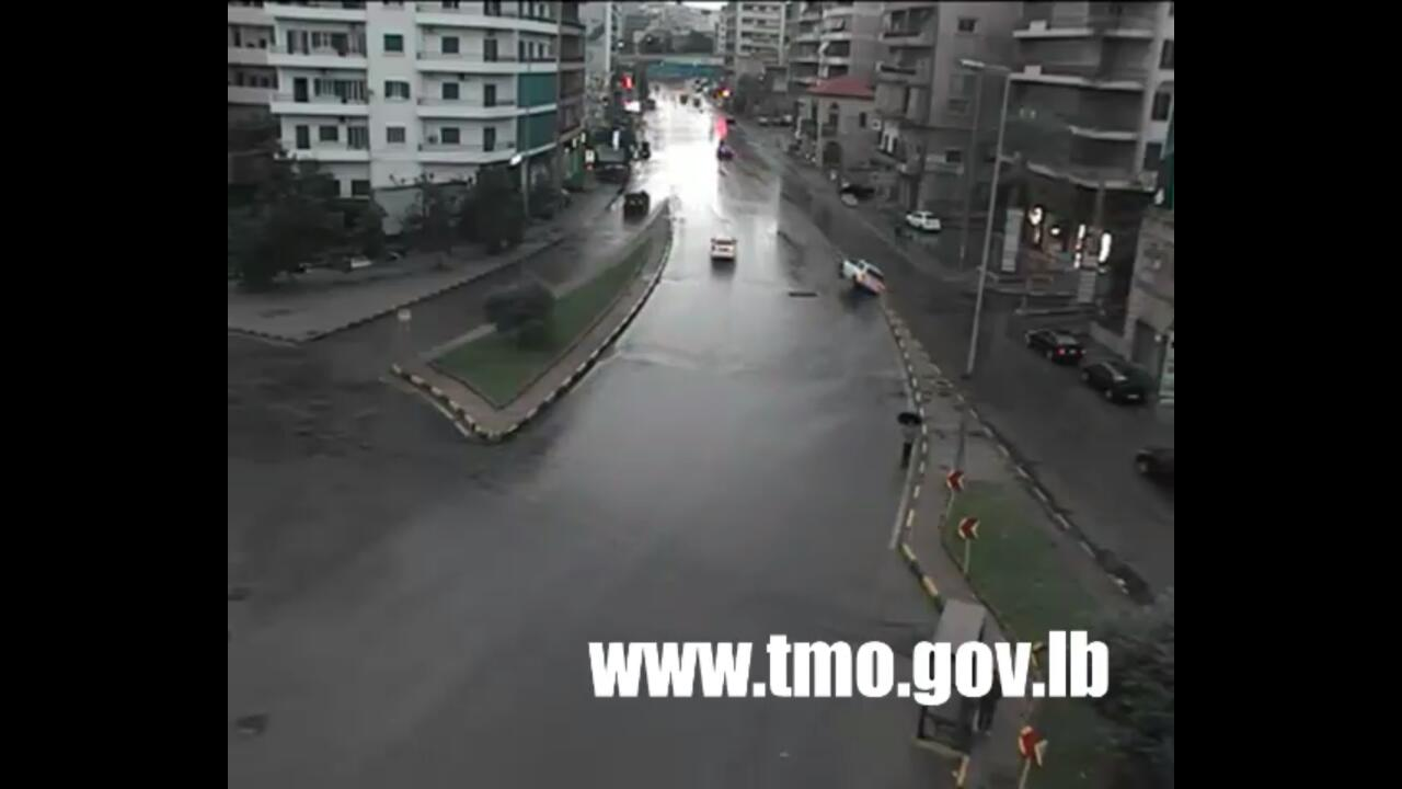 بالفيديو/ بسبب السرعة الزائدة...انزلقت السيارة واصطدمت بالفاصل في محلة الصالومي - سن الفيل