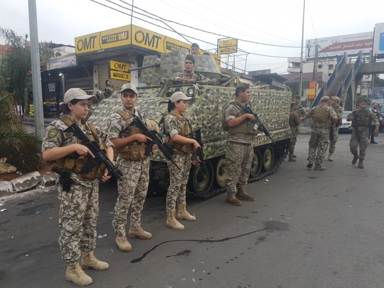 بالصور/ بعد الاجتماع الأمني المشترك الذي عُقد بقيادة الجيش اللبناني بدأت القوى الأمنية المعنية بتنفيذ الخطة المرسومة للحفاظ على أمن المواطنين والمتظاهرين والعمل على فتح الطرقات في مختلف المناطق