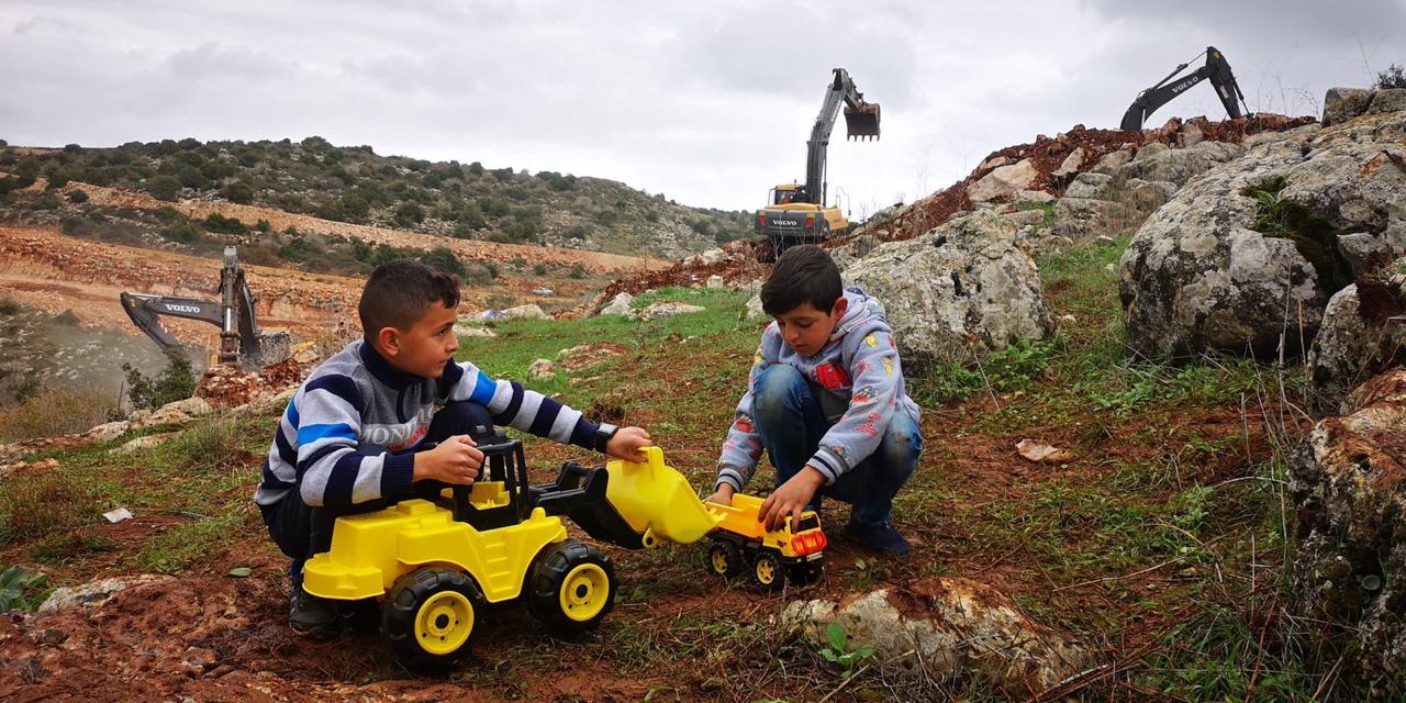 """بالصورة / استهزاء فوق العادة..  اطفال يلهون بالالعاب على الحدود اللبنانية مقابل استنفار الجيش الاسرائيلي.. """"الوضع تحت السيطرة"""""""