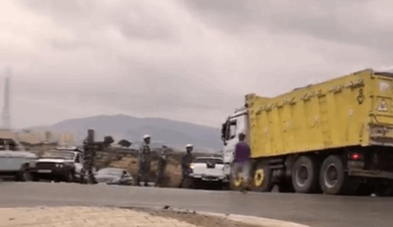 بالصورة/ عناصر من قوى الأمن أطلقوا النار على إطارات شاحنة حاول سائقها الفرار بها وأجبروه على التوقف