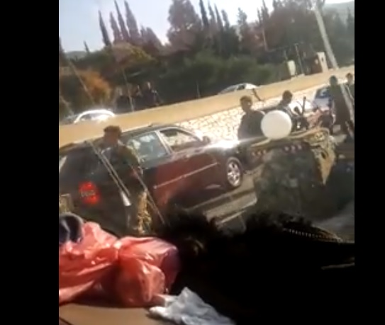 فيديو آخر من حاجز المدفون حيث يمنع الجيش باصات للمحتجين  من التوجه إلى ساحة الشهداء في بيروت ويقوم بعمليات تفتيش