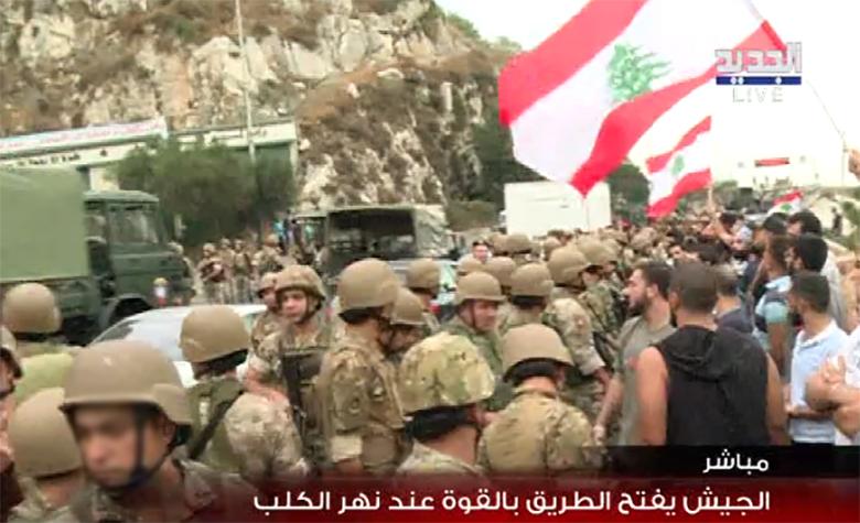 بالفيديو/ الجيش يحاول فتح الطريق بالقوة عند اوتوستراد نهر الكلب