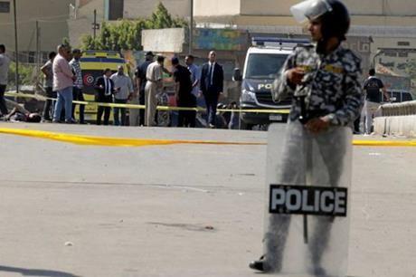 شاب مصري يطلق النار على خطيبته السابقة لرفضها الرجوع اليه ثم يحاول الانتحار