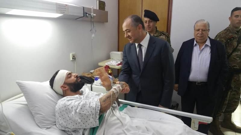 بو صعب يتفقد في هذه الأثناء الجريح الفلسطيني مراد الذي وقف بوجه الإرهابي في طرابلس