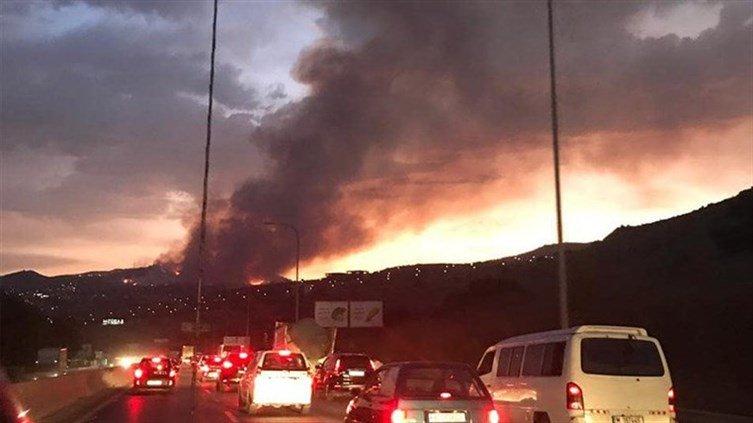 بالصور/ حريق كبير يحاصر المنازل في المشرف - الشوف...والأهالي يناشدون
