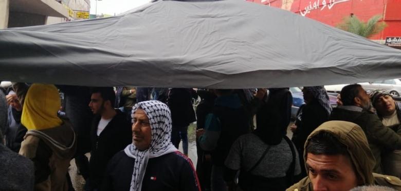 بالصور/ اغلاق مدخل سراي طرابلس وسيدة تحاول حرق نفسها احتجاجا على الوضع المعيشي