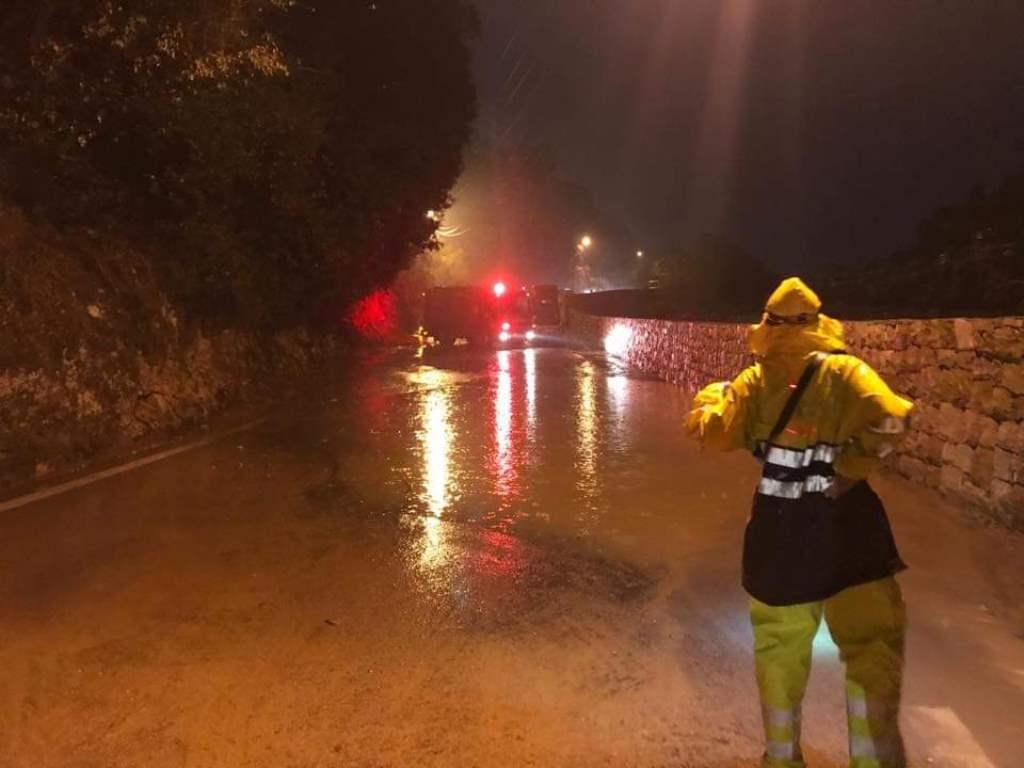 في زوق مصبح... انقاذ مواطنين علقوا داخل سياراتهم بسب تجمع مياه الامطار
