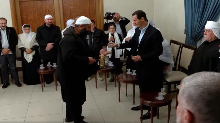 """بالفيديو/  تذوقوا """"طعم النصر"""" مع الرئيس الأسد بعد انقطاع عن القهوة لأكثر من 3 أشهر... """"حبينا نسقيك الفنجان الاول""""!"""
