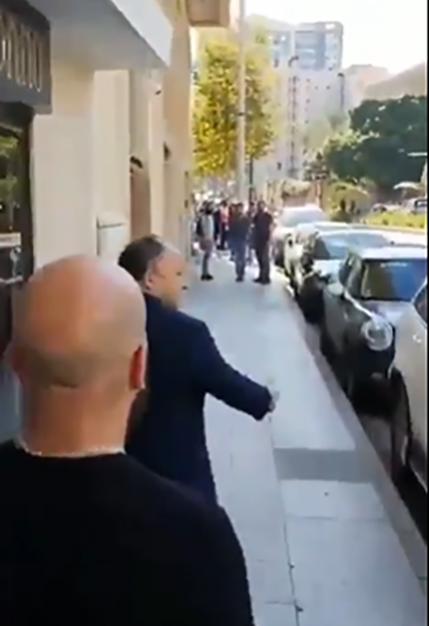 """بالفيديو/ المتظاهرون يلاحقون احد السياسيين على وقع اغنية """"هيلا هو الطريق مسكر يا حلو"""""""