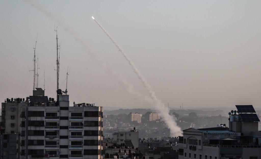 """الناطق باسم الجيش الإسرائيلي:نحو 50 قذيفة صاروخية أطلقت من غزة...و""""القبة الحديدة اعترضت 20 منها""""!"""