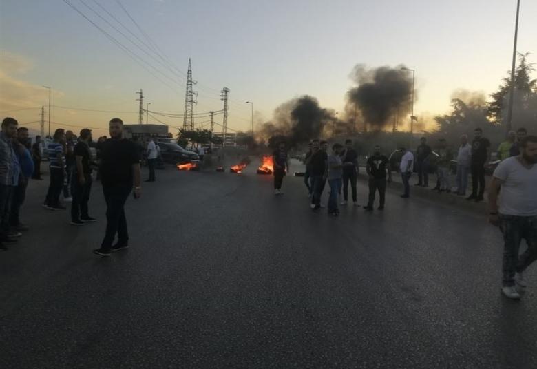 بالصور/ قطع أوتوستراد زحلة بالإطارات المشتعلة احتجاجًا على عملية خطف ومحاولة قتل تعرض لها الشاب داني التن!