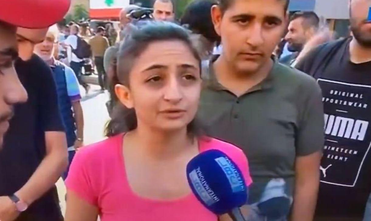 """بالفيديو/ شابة تمنع احدى السيدات من حرق علم العدو """"الإسرائيلي"""" على جسر الرينغ...""""ليه بدي إكره """"إسرائيل"""" أنا ما بحب إكره شي"""""""