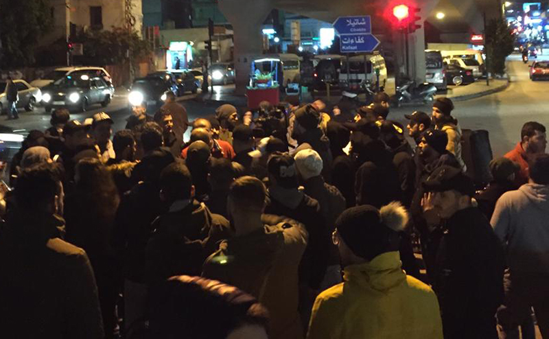 شبّان يتجمعون في المشرفية وذلك للمطالبة بالإفراج عن الشباب الثلاثة الذين تم توقيفهم سابقاً عند جسر الرينغ