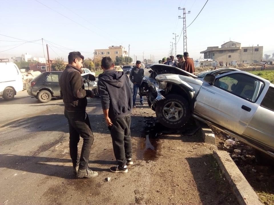 """8 جرحى في حادث تصادم بين سيارة و""""بيك اب"""" على طريق عام ديرزنون - رياق"""