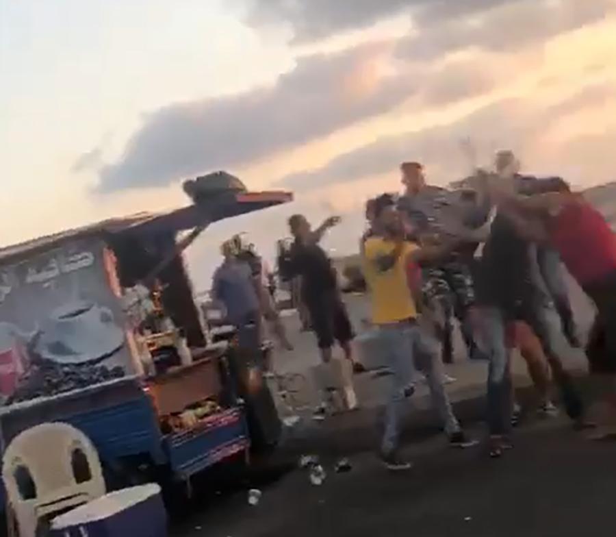 بالفيديو/ إشكال وتضارب على كورنيش صيدا اثر محاولة عناصر قوى الأمن إزالة عربة لبيع القهوة