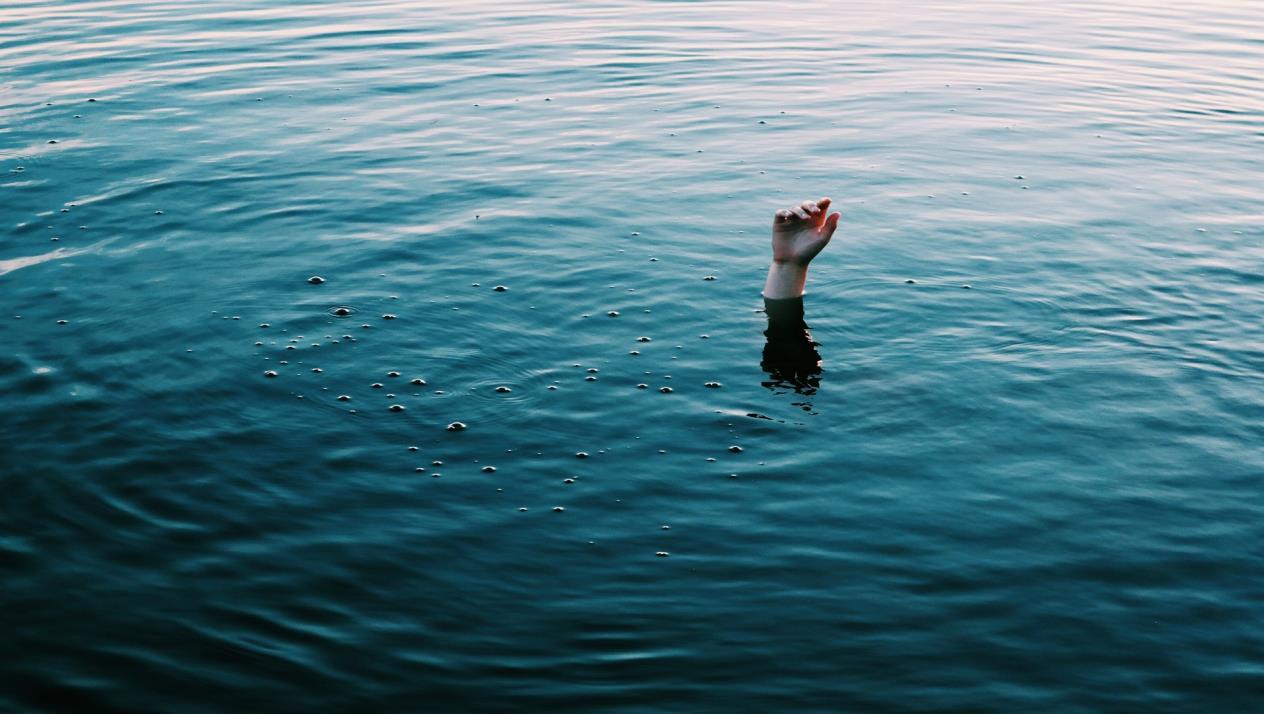 حاولوا انقاذه من الغرق في أحد مسابح المنية لكن وضعه الصحي حرج