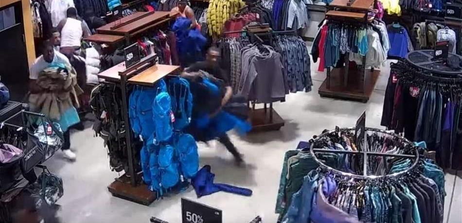 بالفيديو/ عملية سرقة جماعية...سرقة ملابس بـ30 ألف دولار خلال 30 ثانية !