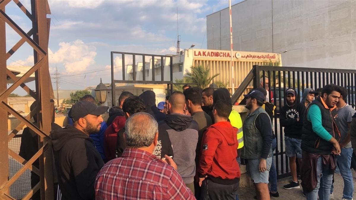 """بالصورة/ محتجّون أغلقوا مدخل """"كهرباء قاديشا"""" في طرابلس"""
