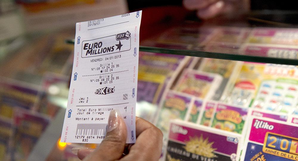 امرأة مسنة تشتري تذاكر يانصيب عن طريق الخطأ... فربحت أكثر من  100 ألف دولار!