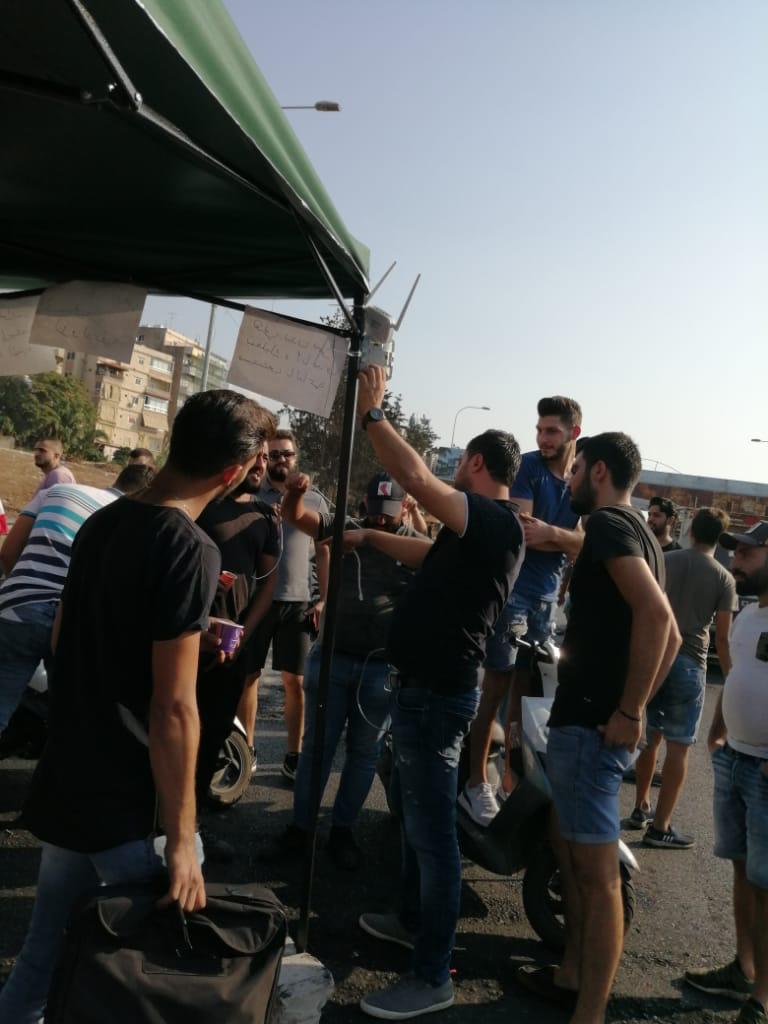 معلومات عن قطع طريق الناعمة بالاتجاهين والمحتجين ينصبون خيمة في المكان بحارة الناعمة