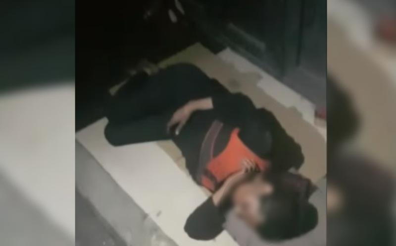 """بالفيديو/ مشهد مأساوي في بئر حسن....سيدة إفترشت الأرض بـ""""كرتونة"""" وغفت على قارعة الطريق!"""