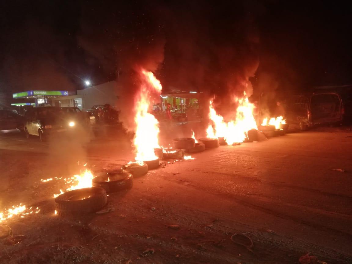 قطع الطريق العام قبل مفرق كوشا في عكار بالإطارات المشتعلة