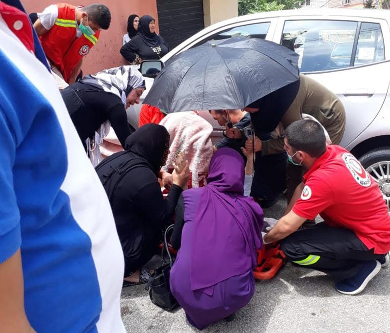 إمرأة حامل أصيبت بحادث سير في بخعون ـ الضنية...اصطدمت سيارتها بجدار المدرسة