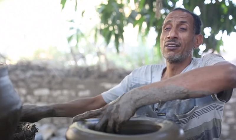 بالفيديو/ ثلاثة إخوة مكفوفون يحترفون صناعة الفخار في صعيد مصر...أحدهم صباحاً مدرس لغة عربية وبعد الظهر يعمل في صناعة الفخار