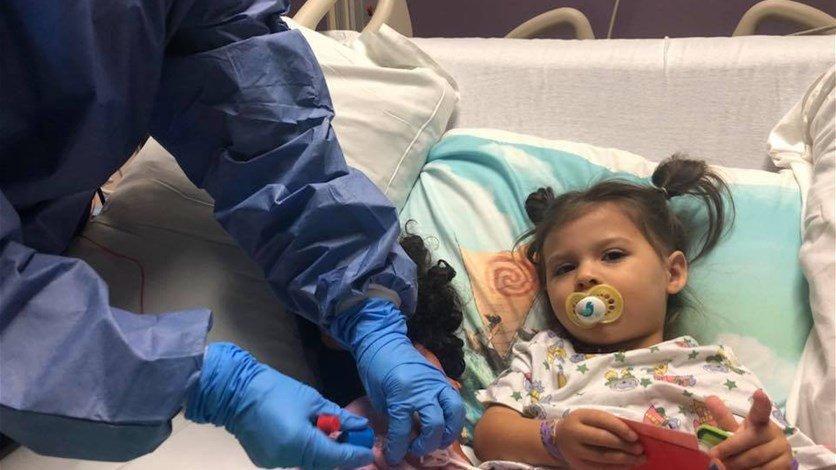 فيديو مؤثر..أب يفاجأ طفلته في آخر جلسات علاجها من السرطان