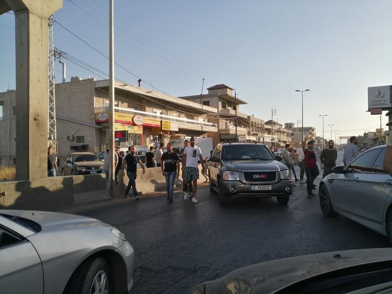 محتجون قطعوا طريق الفرزل احتجاجا على الاوضاع المعيشية الصعبة
