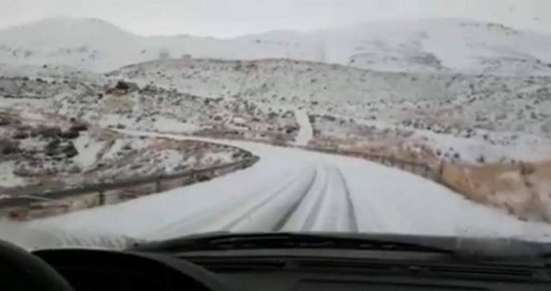 بالفيديو/ الثلوج قطعت طريق الضنية الهرمل ودعوات الى عدم سلوكها إلا للسيارات المجهزة بسلاسل معدنية