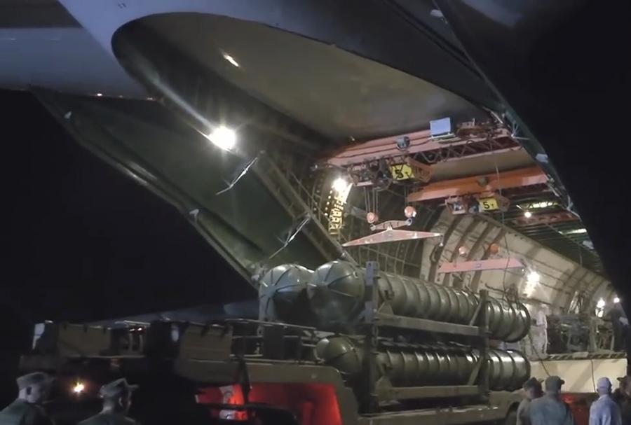 """""""إس-300"""" وصلت إلى الأراضي السورية...مقطع فيديو يظهر لحظة عملية تفريغ منظومات """"إس-300"""" الصاروخية في قاعدة حميميم"""