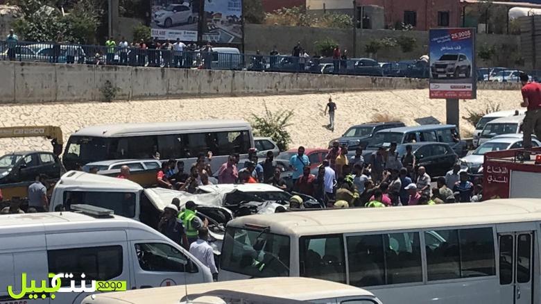 """بالصور والفيديو/ حادث مأساوي على أوتوستراد الأسد نتيجة تصادم بين """"فان"""" لنقل الركاب وسيارة"""