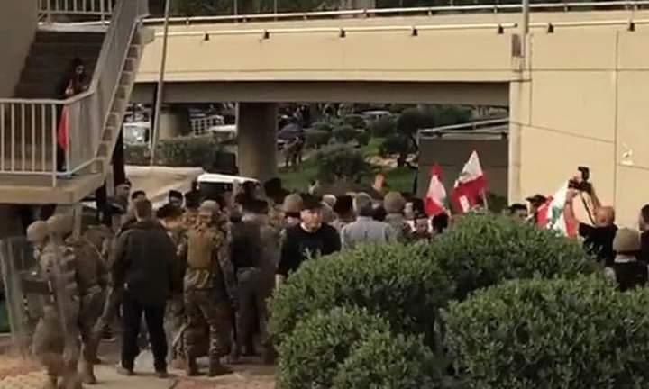 """بالفيديو/ إشكال بين مناصرين لـ""""سبعة"""" ومؤيدين لمواقف رئيس الجمهورية تحت جسر الصياد باتجاه طريق القصر الجمهوري والجيش يتدخل"""