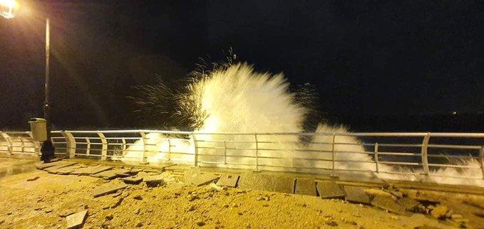 بالفيديو/ من عين المريسة.. ارتفاع موج البحر تسبب بانهيار جزئي للحائط!
