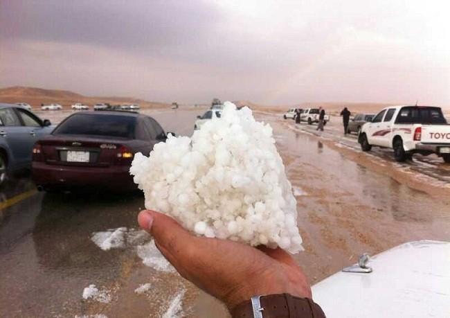 بالفيديو/ ثلج في الصحراء..حجارة البرد تتساقط في مكّة المكرّمة بأحجام الحجارة !