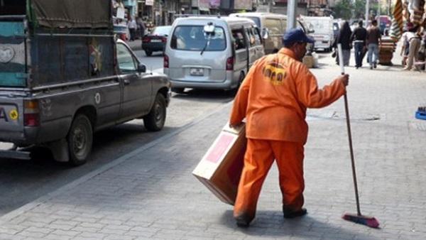 مسؤول عربي يهدي راتبه لعمّال النظافة تقديرًا لجهودهم خلال الأضحى