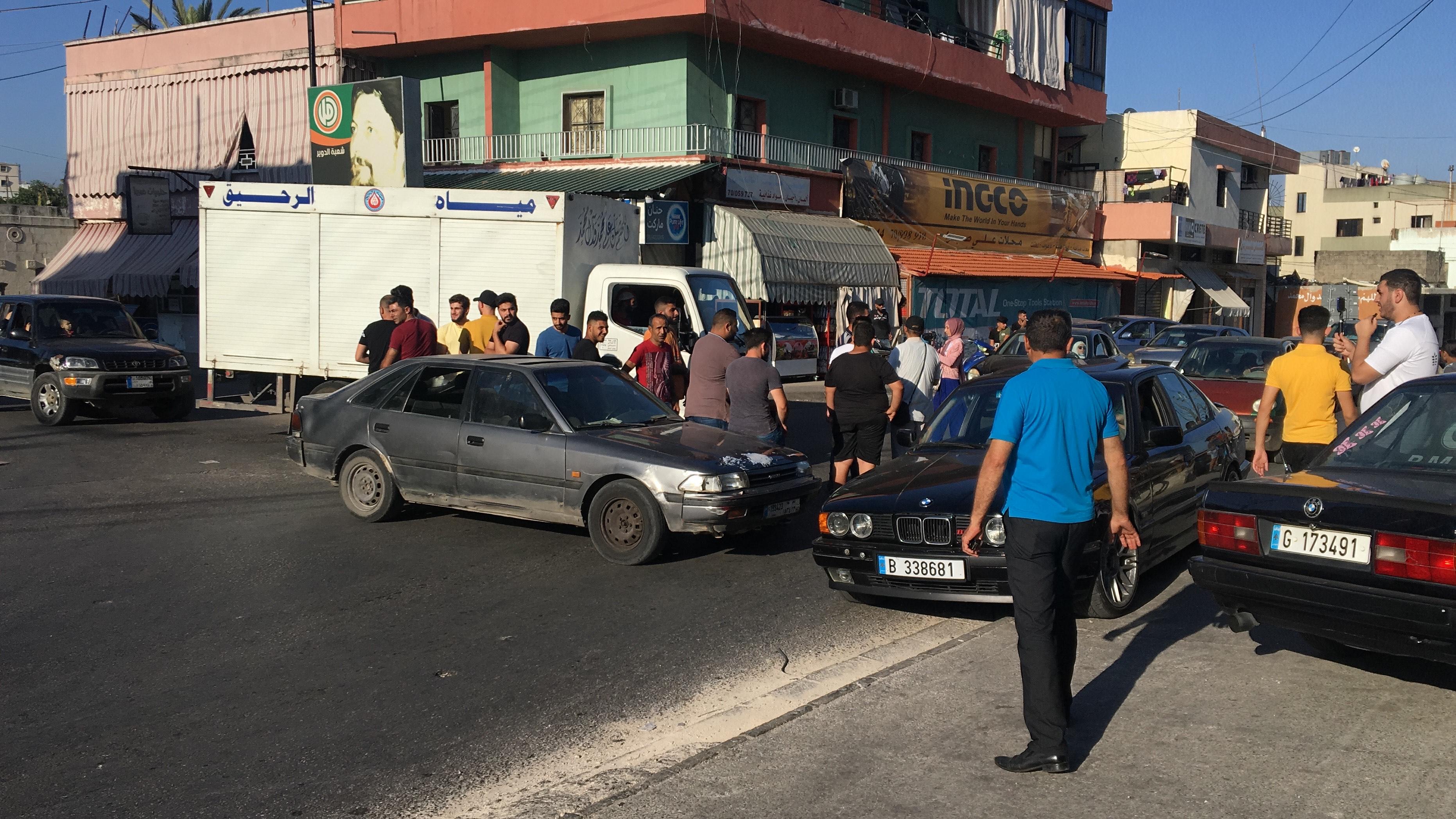 شبان في الدوير يحتجون على تردي الأوضاع المعيشية وارتفاع سعر صرف الدولار عند مفرق الشرقية