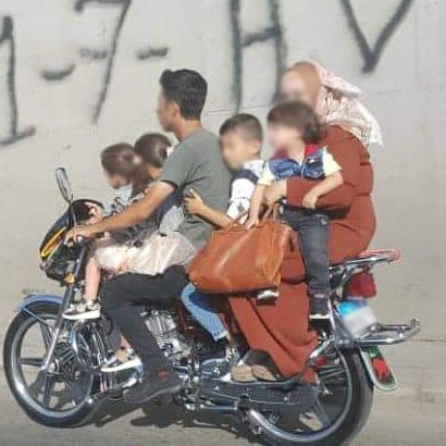 صورة مخيفة بالقرب من نفق المطار...عائلة مؤلفة من 6 أشخاص على دراجة نارية!
