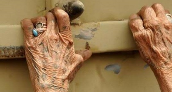 قرع بابها مدعياً انه جابي الكهرباء... مجهول طعن مسنة ثمانينية أمام منزلها في طرابلس ويفر بعدها الى جهه مجهولة
