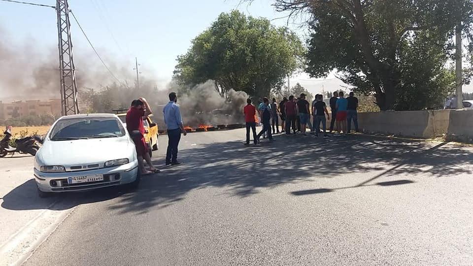 الوكالة الوطنية: محتجون قطعوا الطريق الدولية في ابلح في البقاع الاوسط بالاطارات المشتعلة احتجاجاً على سياسة الهدر والفساد